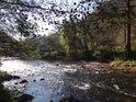 Fantastický odraz Slunce v čeřící se Svitavě pod chráněným územím Malužín.