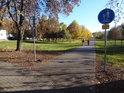 Parková stezka pro pěší a cyklisty u pomníku Hrdinům od Zborova.